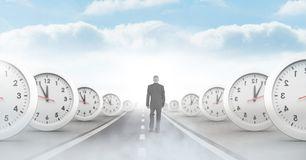 hombre-de-negocios-que-camina-en-el-camino-con-perspectiva-surrealista-los-relojes-tiempo-109392526